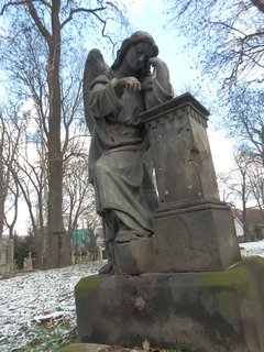 FOTKA - hřbitov je vlastně galerie pod širým nebem -  najdeme tu díla J. V. Myslbeka, Stanislava Suchardy, Františka Bílka, Jana Štursy....