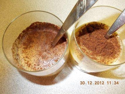 FOTKA - 30.12.2012-14-zamíchá se káva a lžičkou popíjí