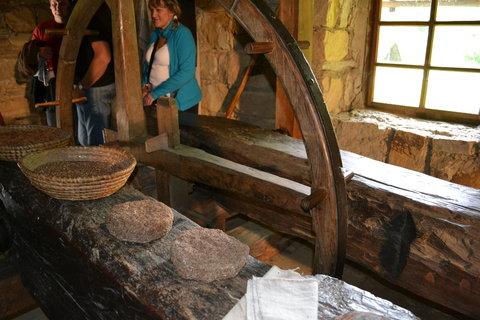 FOTKA - Lisovna oleje z Brumova, to nejsou kameny ale vylisovaný odpad