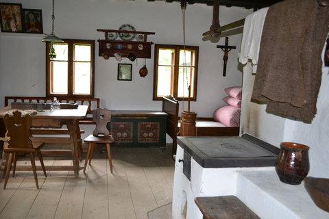 FOTKA - Dům s podsíňkem a sklepem.