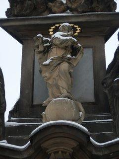 FOTKA - P. Marie na morovém sloupu z r.1715 (Malostranské nám. před kostelem sv. Mikuláše)