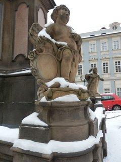 FOTKA - Sloup Nejsvětější Trojice na Malostranském náměstí - postavy andílků s kartušemi a vázami