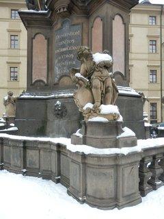 FOTKA - andílek vzhlíží k nebi, jestli ještě bude sněžit :-)