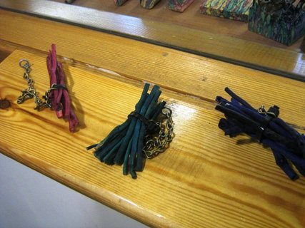 FOTKA - Skotsko - výroba broží, klacíky obarvené