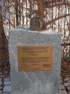 FOTKA - věnováno památce 343 hasičů a záchranářů newyorského hasič.sboru, kteří položili své životy 11.září 2001 (pomníček na Kampě)