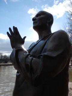 FOTKA - Kampa, Malostranské nábřeží, socha Harmonie (modelem a inspirací byl Šrí Činmoj), autorem je britský sochař Kaivalya Torphy