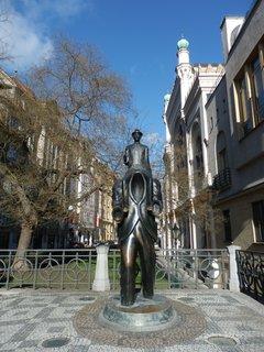 FOTKA - Socha spisovatele Franze Kafky na rohu Vězeňské a Dušní ulice, v blízkosti Španělské synagogy, je dílem sochaře J. Róny