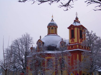 FOTKA - 16.2.2013, kostel mezi zasn�en�mi stromy