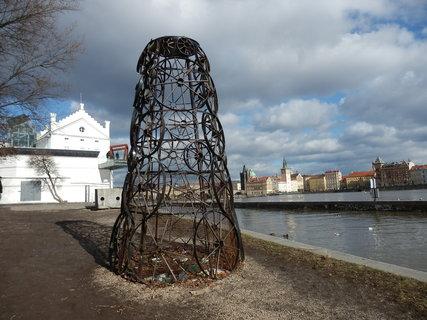 FOTKA - občas obměňované moderní umění v okolí Sovových mlýnů na Kampě (Praha)