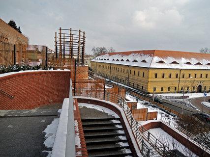 FOTKA - schodiště v  terasách ve starém městě s výhledem na bývalé kasárna
