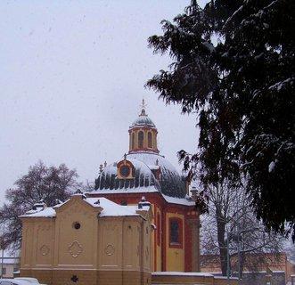 FOTKA - 22.2.13, pohled na kostel za stále hustého sněžení..