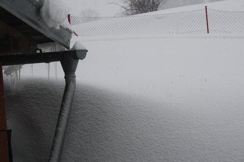 FOTKA - sníh až pod střechu