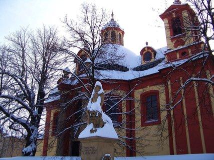 FOTKA - 24.2.2013, kostel a v popředí socha padlým vojákům v 2 sv. válce