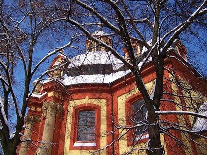 FOTKA - 24.2.2013, kostel z boku skrze stromy..
