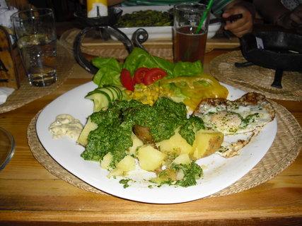 FOTKA - opečené brambory, špenát, nivová omáčka, volské oko