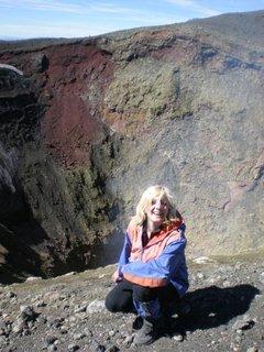FOTKA - Aurorita na kraji jícnu sopky, je nějaká vysmátá, asi se nadejchala síry