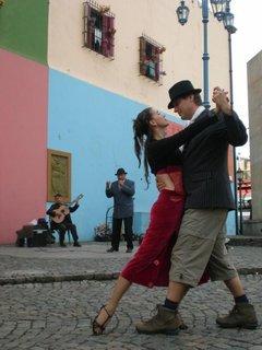 FOTKA - pouliční umělkyně vyzvala bráchu k tanci, a pak kdo dělá rodině ostudu... Buenos Aires