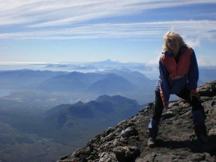 FOTKA - sopka Lanin na hranici mezi Argentinou a Chile, vzatu je vidět trochu kouř - hoří Národní park v Argentině