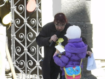 FOTKA - Natálka si jde pro cenu za velikonoční dekoraci