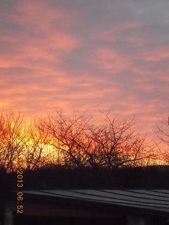 FOTKA - 23.33 - 26.3. - 6 - červánky na obloze a vycházející sluníčko