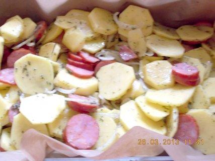 FOTKA - 25.3. - 26.3. - 19 - klobásky + brambory + bylinky - příprava na zapečení