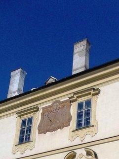 FOTKA - Valtice,Velikonoce 2013-sluneční hodiny na zdi zámku