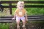 Adélka na lavičce