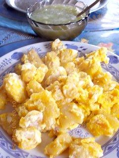 FOTKA - 4.dubna - 23 - rychlý oběd - knedlíky s vejcem a okurkový salát