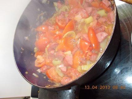 FOTKA - 12.4 - 13.4. - 18 -  cibulka na pánvi + papriky a buřtíky + rajský