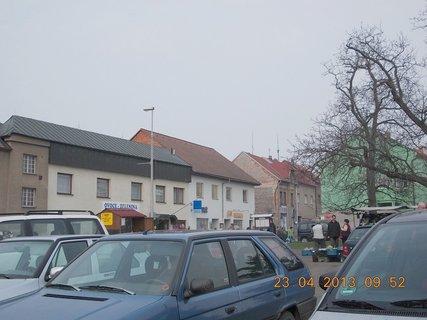 FOTKA - 23.4. - 7  - Uhlířské Janovice - pohled  z parkoviště