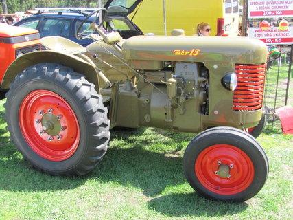 FOTKA - Jarn� Fl�ra Olomouc - vystaven� kr�sn� nale�t�n�, u� historick�, traktor