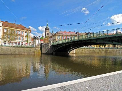 FOTKA - pohled na Hradeckou Bílou věž je z náplavky trochu jiný