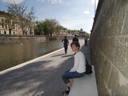 FOTKA - cesta po náplavce vede pod dvěma mosty a končí u jezu Hučáku