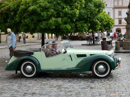 FOTKA - I ženy jsou fanynky historických vozů