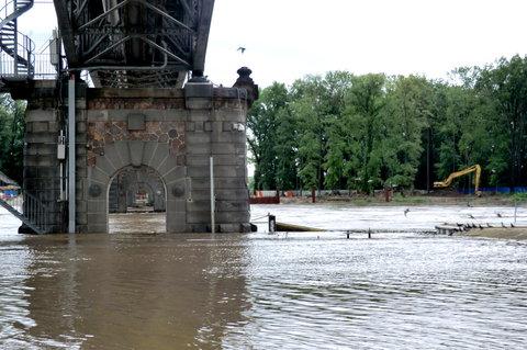 FOTKA - Průhled mostními pilíři