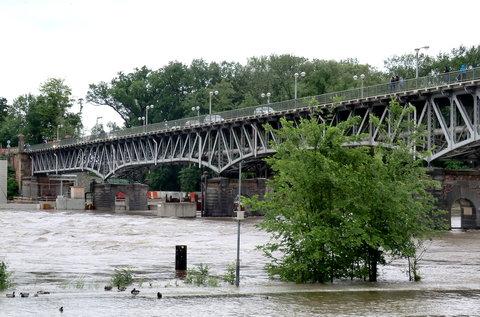 FOTKA - Jezy pod mostem jsou sklopené