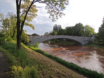 FOTKA - Kameňák s dočervena zbarvenou řekou