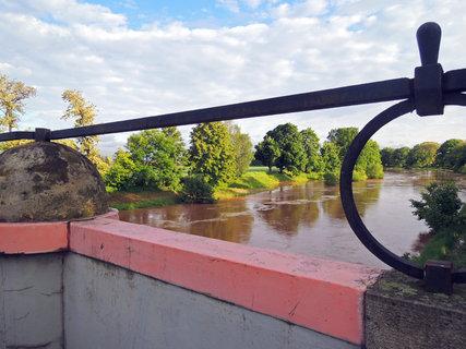 FOTKA - ohlédnutí z mostu na neobvyklou hladinu řeky
