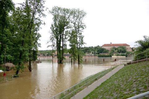 FOTKA - Pohled na zámek přes vodu