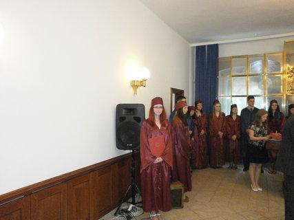 FOTKA - Předávání maturitního vysvědčení.