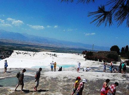 FOTKA - Pamukkale a hned kousek je Hierapolis s vyprahlou zemí