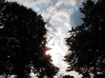 FOTKA - 2.července - 22 - letní nebe -sluníčko mezi stromy