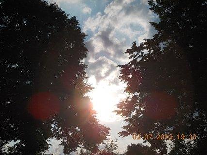 FOTKA - 2.července - 24 - letní nebe -sluníčko mezi stromy