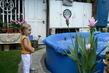 Ivka na zahradě u bazénu