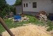 Zahrada,ten dům je sousedů,tady bude jen tráva