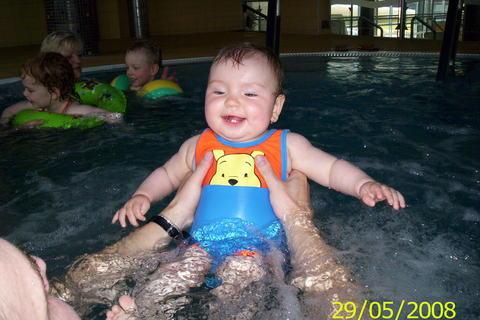 FOTKA - Nikolka v bazénu
