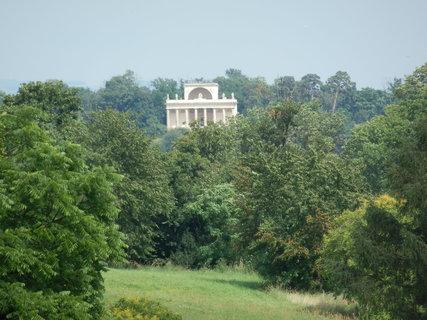 FOTKA - v dáli Apollonův chrám (pohled od Rybničního zámečku)
