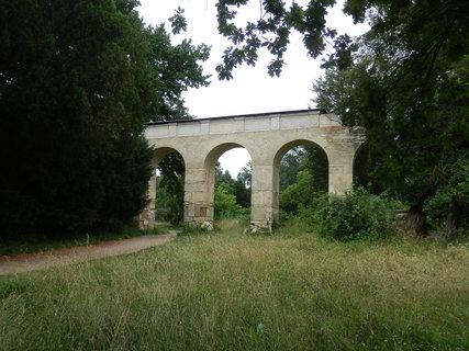 FOTKA - akvadukt -  jedna z drobných romantických staveb v okolí zámku Lednice, cestu k minaretu