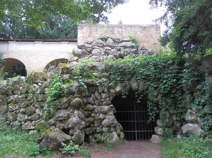 FOTKA - umělá jeskyně Peklo - jedna z drobných romantických staveb v okolí zámku Lednice