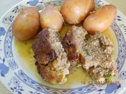 FOTKA - 18 - 20.7. - 8 - sekaná domácí a moje brambory, vařím je ve šlupce